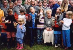 Anu Raud MÜ laste ja käpiknukude keskel - pics/2003/4977_1.jpg