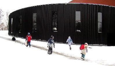 Kas neist lastest sportlasi saab, seda ei tea veel keegi. Praegu lõbustavad nad end Valga uue uhke spordihalli kõrval liugulaskmisega.     Foto: Üllas Linder - pics/2006/12529_1.jpg