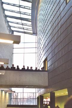 Eesti kauaoodatud uus kunstimuuseum KUMU avati 17. veebruaril. Inimesi on näha liikumas Kadrioru pargi poolse sissekäigu kohal, kolmanda korruse Eesti kunsti klassika näitusesaale ühendaval sillal. Rahvas oli äärmiselt ülevas meeleolus ja kõik soovisid üksteisele õnne – hommikul oli Andrus Veerpalu võitnud Eestile kolmanda olümpiakulla ja nüüd seisime oma uues, Põhjamaade ja Baltikumi uhkeimas ja suurimas kunstimuuseumis. Foto: Riina Kindlam  - pics/2006/12589_1.jpg