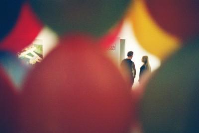 Kunstnikud Laurentsius ja Alice Kask õhupallidest kabeli seest pildistatuna. Kirev majake on osa rahvusvahelise skulptuuri avanäitusest. Fotod: Riina Kindlam - pics/2006/12589_10.jpg