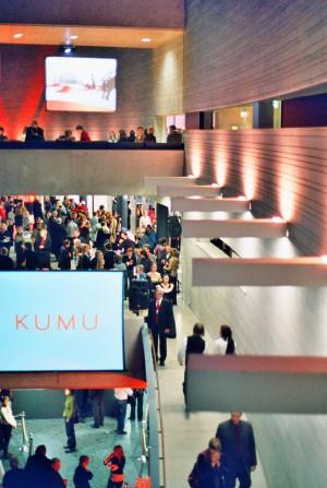 Vaade näitusesaale ühendavalt sillalt. Avaõhtu esinemisi võis jälgida ka videoekraanidel.  - pics/2006/12589_4.jpg