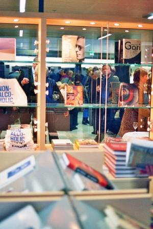 Igal endast lugupidaval muuseumil on oma kaunis raamatupood ja kinkeäri, seda ka Kumul. - pics/2006/12589_7.jpg