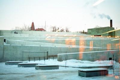 Vaade muuseumipoest ümarale sisehoovile, kus avaõhtul toimus Jüri Ojaveri kunstietendus ja ilutulestik.  - pics/2006/12589_8.jpg