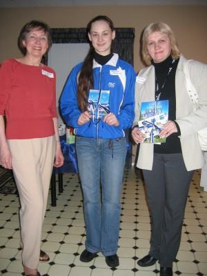 Aukülalised said kingitused AEHS-i vastuvõtul.  Vas.: Helgi Leesment, Jelena Muhhina ja Irina Kononova. Foto:  Liia Tamme Herman   - pics/2006/12903_2.jpg