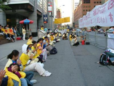 Falun Gong demonstrators peacefully express their protest action against the state visit of Red China¹s president Hu Jintao to Canada, in front of the Metro Toronto Convention Centre, September 10, 2005.  Photo: Adu Raudkivi - pics/2006/13118_1_t.jpg