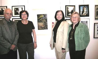 """Kunstikomitee liikmed (vas.): Johannes Tanner, Nora Wallner, Ingrid Heinmaa ja Vaike Külvet Ülle Trässi esimese auhinna pälvinud foto """"Virvendused  III""""  ees. - pics/2006/13125_1.jpg"""