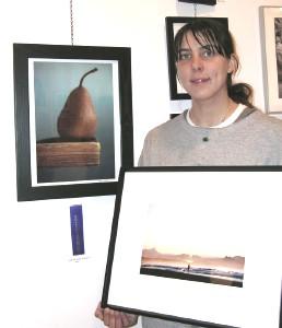 """Esmakordselt võttis osa fotovõistlusest Chloe Kristenbrun, kes pälvis teise   ja lohutusauhinna oma fotode """"Pirn"""" ja """"Byron Bay"""" eest,  Chloe't tiivustas fotovõistlusest osa võtma tema vanaema Sigrid Varamäe. - pics/2006/13125_2.jpg"""