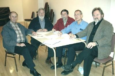 Eestlaste Kesknõukogu Kanadas valimiste eeltöö koosolek toimus 25. aprillil.  Vas.: Jaan Lepp (EKN), Laas Leivat (EKN), valimiste peakomitee liikmed Ruho  Paluoja ja Jüri Laansoo ning Avo Kittask (EKN). Pildilt puudub valimiste peakomitee liige Jaan Arro. - pics/2006/13212_1.jpg