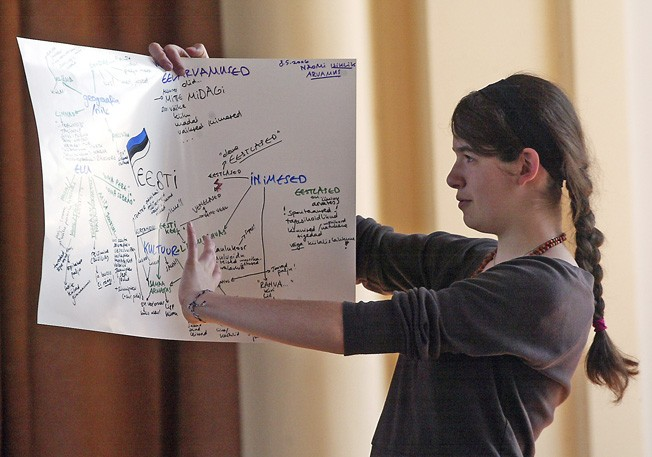 Naomi Richtner räägib Rakvere gümnaasiumi Euroopa päeval, mida siiamaani Eestist teada on saanud. Ta teeb seda selges eesti keeles.    Foto: Tairo Lutter, Virumaa Teataja 16. mai 2006 - pics/2006/13397_2.jpg