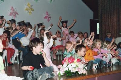 Lõbus lasteaiapere on kogunenud lavale laulma.  Foto: Maimu Mölder   - pics/2006/13442_11.jpg