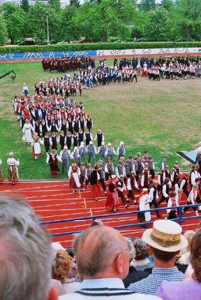 Poisterühmad lahkuvad Rakvere staadionilt pärast mõjuvõimsat, jõulist ja kirevat esimest Eesti meeste tantsupeo peaproovi etendust 11. juunil. Esinesid enam kui 2000 meest 200st rühmast. Foto: Riina Kindlam      - pics/2006/13559_7.jpg