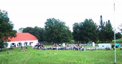 Juba paar tundi enne võistluse algust oli Seidla mõisa parki suur hulk rahvast kogunenud.  Foto: J. Dalberg  - pics/2006/13788_3_t.jpg