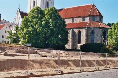 Juuli algusest on Harju tänava varemed 11.500 tonni liiva all.  - pics/2006/13788_4_t.jpg