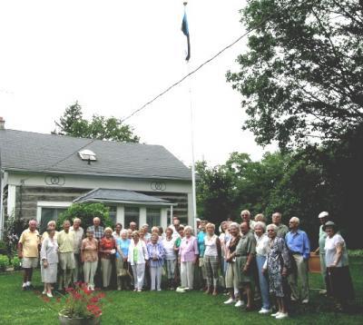 Suvepäevast osavõtjad Holsmerite maja ees. See oli viimane suvepäev Holsmerite pool, kuna talu on müügil.   Foto: Vaike Külvet - pics/2006/13894_2_t.jpg