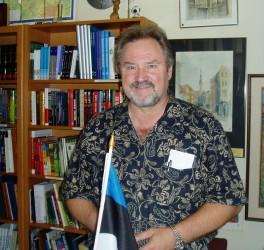 EKN-i esimees Avo Kittask tutvustab Estore'i, mis on kui tükike Eestimaad.   Foto: K. Tensuda    - pics/2006/13936_3.jpg