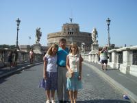 Eva-Liisa (vas.) ja tema õde Katrin koos isa, praost Joel Luhmetsaga Itaalias.    Foto: perekonnaarhiivist - pics/2006/14154_15_t.jpg