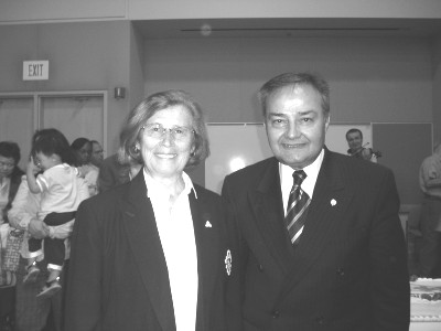 Kodakondsuse kohtunik Agnes Ugolini Potts ja Kanada Etnilise Pressi president Thomas S. Saras CNE-l toimunud pidulikul kodakondsuse omistamise tseremoonial 24. augustil.  Foto: A. Raudkivi - pics/2006/14154_17.jpg
