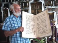 Ossip Jotkin näitab viiesaja aasta vanust raamatut.   Folto: T. Sarv - pics/2006/14154_5_t.jpg