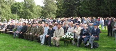 Maarjamäele kogunes paarsada peamiselt eakat inimest, et tähistada II maailmasõja lõpu 61. aastapäeva.  Foto: T. Pikkur - pics/2006/14154_9_t.jpg