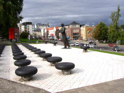 Eduard Tubina kuju Tartus Vanemuise teatri ees. Kes dirigeerib praegu Eesti  elu?  Foto: Üllas Linder - pics/2006/14239_4_t.jpg