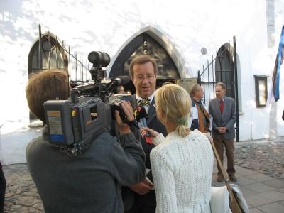 Riigivanemate mälestusteenistuse lõppedes haarasid ajakirjanikud siis veel presidendikandidaadi Toomas Hendrik Ilvese juba kiriku uksel oma ringi.  Foto: T.P. - pics/2006/14286_10.jpg