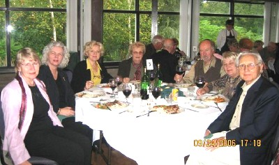 Laudkond õhtusöögilt Victorian Inn'is.  Vasakult Vaike Rannu, Anne Altosaar, Ene-Liis Martens, Aino Rooneem, Toomas Saar, Maris Saar ja Erich  Rannu. Foto. V. Rannu - pics/2006/14286_7.jpg