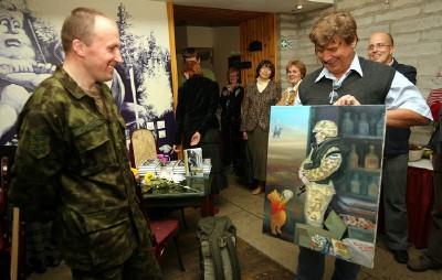 Viido Polikarpus maali üle andmas major Leo Kunnasele. - pics/2006/14329_5.jpg