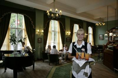Nii elegantne ja õdus näeb välja Café Grand, kus Katre on parajasti serveerimas kokteile. - pics/2006/14330_5_t.jpg