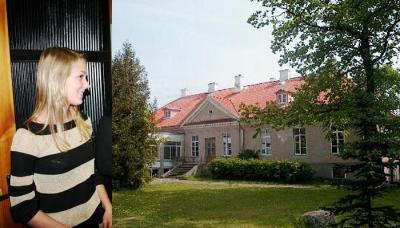 Väätsa vallavolikogu esinaine, nooruke Age Kivimägi. Kõrval Väätsa mõisahoone, milles asub kohalik põhikool.  Foto: Jaanus Dalberg - pics/2006/14483_1_t.jpg