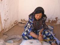 Berberi naine valmistamas kuskusi oma koobaselamu köögis. - pics/2006/14548_17_t.jpg