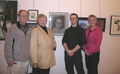 Kolm generatsiooni kunstnikke: (vas) Elmar Gelzins, Hele Gelzins, nende      tütrepoeg Randel Palo ja tütar Elva Palo. Tagaplaanil Randel Palo autoportree.   Foto: Vaike Külvet - pics/2006/14655_2.jpg