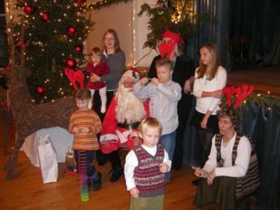 Jõuluvana Vana-Andrese kiriku saalis oma lemmikutega.  Foto: M. Roots    - pics/2006/14888_2_t.jpg