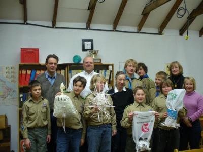 """Kalevi lipkonna """"Viru"""" rühma skaudid arendasid lipkonna vanematepäeval 25.    novembril ehitusprojekti. Pildil on nad koos koos skaudivanematega.   Foto: Veiko Parming - pics/2006/14942_17_t.jpg"""