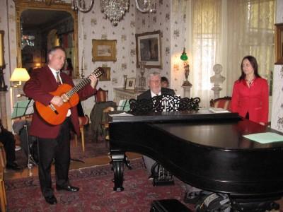 Ajaloolises Spadina Muuseumis kõlas kaasaegne eesti jõululaul. Esineb solist    Heli Tenno, keda kitarril saadab abikaasa Illar ja klaveril Ch. Kipper.     - pics/2006/14942_22.jpg