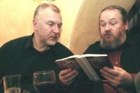 """Juubilar Indrek Hirv kuulab, kui sõber, arhitekt ja graafik Leonhard Lapin loeb innustunult tema uhiuuest luulekogust """"Surmapõletaja"""". Doris Kareva koostatud 30 aastat hõlmav valikkogu oli üks kahest Vanalinna Muusikamaja keldrikohvikus 15. detsembril esitletud raamatust, mille loojad ja lihvijad omavahel tihedalt põimunud.               - pics/2006/14942_7_t.jpg"""