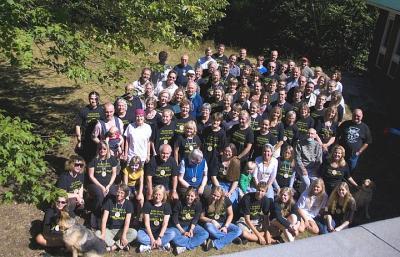 """Noored ja vanemad; õppejõud ja """"tudengid"""" Kotkajärve 40. Metsaülikoolis. Foto: Lauri Kapp - pics/2007/09/17694_1_t.jpg"""