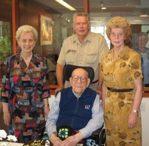 104-aastane Bernhard Holberg oma tütarde Elindi (vas.) ja Liiviga ning pastoriga 18. septembril 2007. - pics/2007/10/17770_1_t.jpg