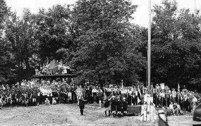 """Vaade suurlaagrite """"Saare- ja Tuulemaa"""" (1958) aegsele Anton Õunapuu väljakule. Taga vasakul skaudikaabu, mille taga on osaliselt nähtav vastvalminud peamaja. - pics/2007/10/17774_1_t.jpg"""