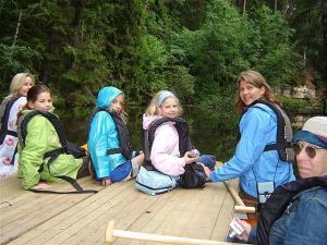 Merike Remmel, Vanessa Gold, Nicole Pede, Aleksa Gold, Pille Gold ja Robin Duke valmis süstamatkaks Ahja jõel. Foto: em     - pics/2007/10/17888_1_t.jpg