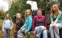 Gaidid ja salgajuhid Krista Tamm, Lia Terts, Katrina Dobson, Katrin Tamm ja Liis Jakobson Kotkajärve värava juures jalutuskäigu ajal.     - pics/2007/10/17963_1_t.jpg
