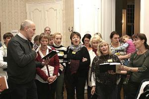 Hetk Euroopa Eestlaste Laulukoori ühisest seltskondlikust laulmisest.  Foto: Reet Järvik - pics/2007/11/18017_1_t.jpg