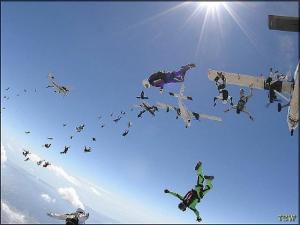 Tiiu Haamer (in the purple jumpsuit )and other skydivers practising for setting a world record.  - pics/2007/11/18158_3_t.jpg