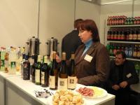 Hispaanlanna Señora Piedad Fernández Paredes pakkumas veini.  Foto: A. Siebert - pics/2007/11/18163_3_t.jpg