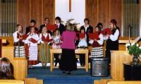 Laulab koguduse noortekoor Marika Wilbiksi juhatusel.  Foto: J. Alle     - pics/2007/11/18174_2_t.jpg