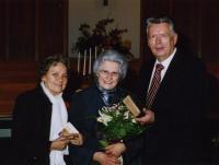 Pastor J. Puusaag andis üle juubilar Silvi Engmanile (keskel) üle Eestist  saabunud tema isa vana piibli. Juubilari kõrval ta õde Helme Kaju.  Foto: J. Alle - pics/2007/11/18174_3_t.jpg