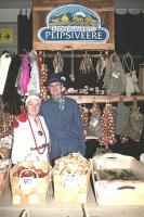 Tänavusel Mardilaadal Saku Suurhallis püüdsid pilku sibulaid täis laastukorvid. Esinduslikud rahvarõivas müüjad olid agarad kodukandi    edendajad Sirje Kont ja põlisest sibulakasvatajate suguvõsast pärit Peipsiveere Köögiviljaühistu juhatuse    esimees Ingvar Tshizhikov.    Foto: Riina Kindlam - pics/2007/11/18237_1_t.jpg