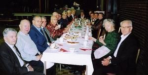 Eesti Pensionäride Klubi Torontos ürituste korraldajad hommikusöögil enne kohvilaua koosviibimist. Foto: H. Paara   - pics/2007/11/18307_1_t.jpg