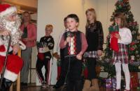 Pühapäevakooli õpilane Roland Brookes laulab jõuluvanale.  Foto: T. Roiser       - pics/2007/12/18464_1_t.jpg