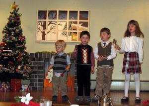 Pühapäevakooli noored laulavad jõululaulu. Vas.  Stephen Jenkins, Roland Brookes, Maxwell Brookes ja Natalie Jenkins. Foto: T. Roiser - pics/2007/12/18464_3_t.jpg