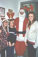 Jõuluvana (Alar gümnaasiumiklassist) koos oma abiliste Tuuli, Juhani  ja Veronikaga jagasid headele lastele kingipakke.     - pics/2007/12/18468_1_t.jpg